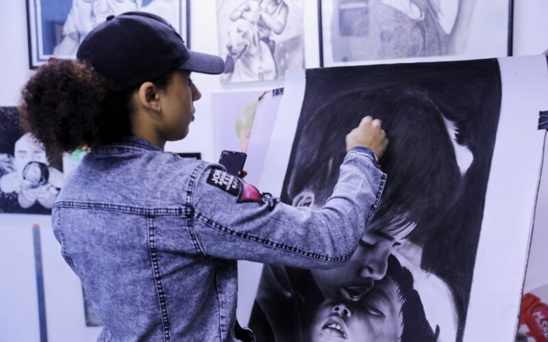 """من مؤسسة أيتام لجاليري فن.. قصة """"حمودي"""" من التفكك الأسري لعشق الألوان (فيديو)"""